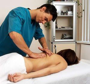 массажист производит манипуляции руками